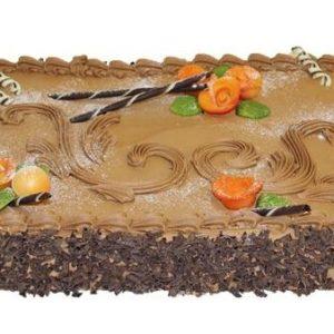 Lys sjokoladekake pyntet med sjokoladeflak, sjokoladestenger og oransje roser