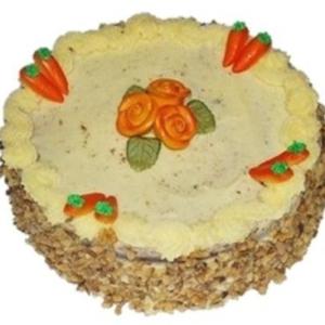Gulrotkake toppet med kremostglasur og gulrot- og rosepynt