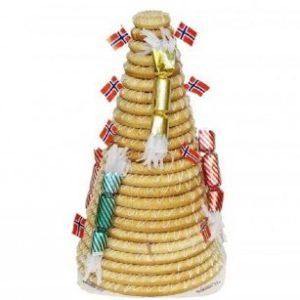 Kransekake med tjuefire ringer pyntet med norske flagg og smellbonboner