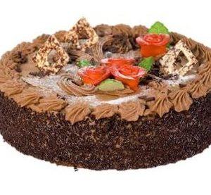 Rund lys sjokoladekake pyntet med sjokoladeflak og røde roser