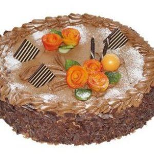 Rund lys sjokoladekake pyntet med sjokoladeflak og oransje roser