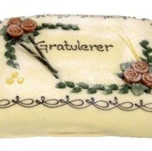 """Marsipankake med border, påskriften """"Gratulerer"""" og røde roser som pynt"""