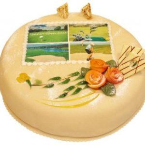 Rund marsipankake med bilde og oransje roser som pynt