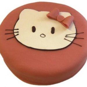 Rosa, svart og hvit kake med hodet til Hello Kitty som pynt