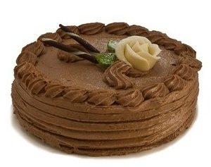 Rundt sjokoladekake pyntet med sjokoladekrem