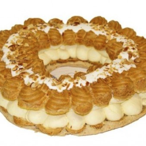 Walesring fylt med vaniljekrem toppet med melisglasur og mandelflak