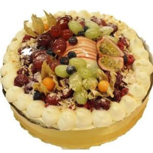 Fruktkake toppet med masse forskjellig glasert frukt